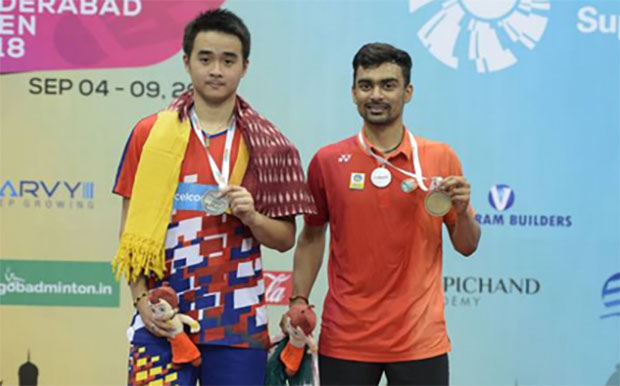 Soong Joo Ven (L) poses next to Sameer Verma at the 2018 Hyderabad Open award ceremony. (photo: AFP)