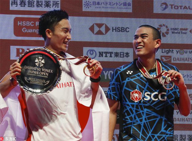 Kento Momota shares a light moment with Khosit Phetpradab during the Japan Open award ceremony. (photo: AFP)