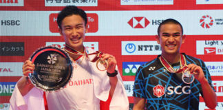 Kento Momota (L) and Khosit Phetpradab pose on the podium of the men final of Japan Open. (photo: AFP)