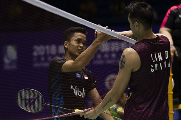 Lin Dan congratulates Anthony Sinisuka Ginting after the match. (photo: AFP)