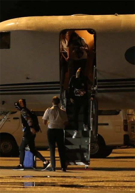 Lee Chong Wei walks out from the plane. (photo: Sinchew)