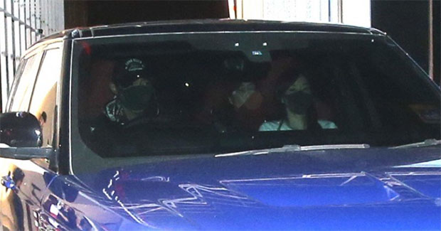 Lee Chong Wei and family leave Subang airport with a blue SUV. (photo: Sinchew)
