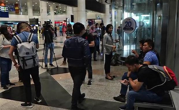 Media waiting for Lee Chong Wei at Kuala Lumpur International Airport (KLIA). (photo: pocketimes)