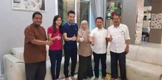 Thumbs-Up from BAM President Norza Zakaria (second right), Datuk Seri Dr Wan Azizah binti Wan Ismail, Lee Chong Wei, Lee's wife Wong Mew Choo. (photo: Datuk Seri Dr Wan Azizah binti Wan Ismail's Facebook)