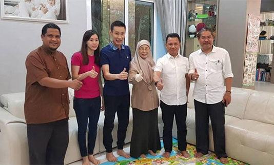 Thumbs-Up from BAM President Norza Zakaria (second right), Datuk Seri Dr Wan Azizah binti Wan Ismail, Lee Chong Wei, Lee's wife Wong Mew Choo. (photo: Datuk Seri Dr Wan Azizah binti Wan Ismail's Facebook)