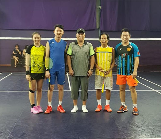 Li Yongbo takes pictures with some Malaysian players. (photo: Sports Arena Sentosa Facebook)