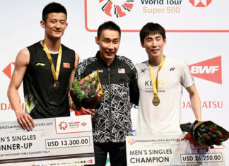Chen Long (L), Son Wan Ho (R) honor Lee Chong Wei by taking photo with him at the Malaysia Masters award ceremony. (photo: Bernama)