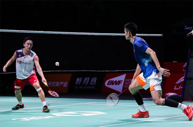 Kento Momota (L) battles past Chen Long in China Open semi-final. (photo: AFP)