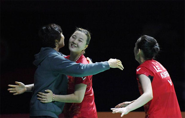 Lee So Hee/Shin Seung Chan hug their coach Ra Kyung-min after winning the China Open title.