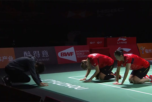 Lee So Hee/Shin Seung Chan bend both their knees and bow to Ra Kyung-min after winning the 2018 China Open.