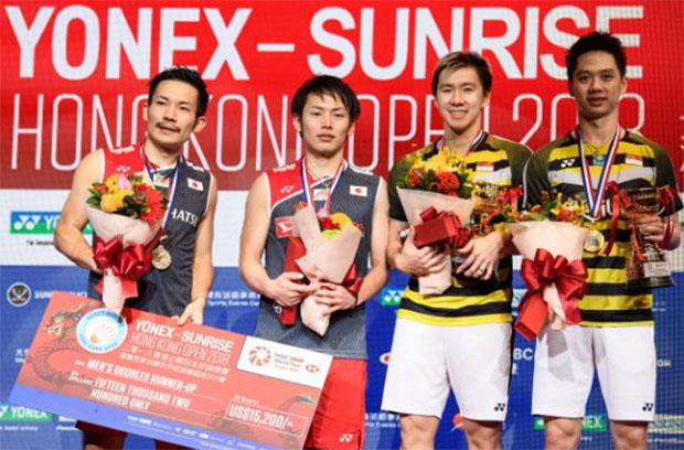 Marcus Fernaldi Gideon/Kevin Sanjaya Sukamuljo and Takeshi Kamura/Keigo Sonoda pose for pictures after the match. (photo: AFP)