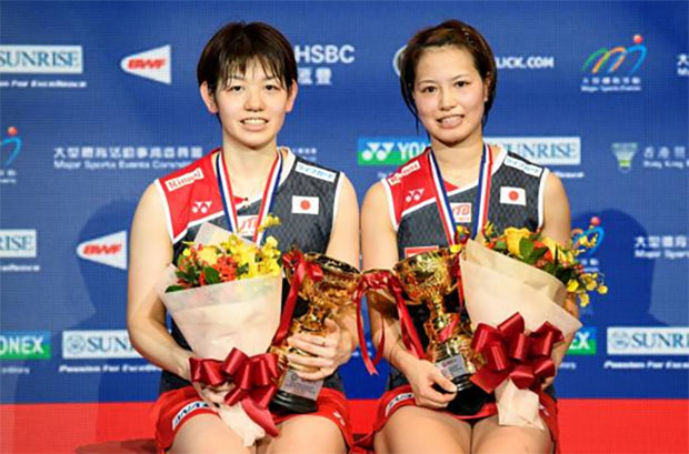 Yuki Fukushima/Sayaka Hirota show their Hong Kong Open gold medals during the award ceremony. (photo: AFP)