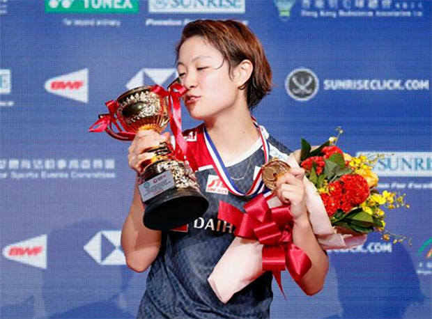 Nozomi Okuhara poses on the podium after the women's singles final match against Ratchanok Intanon. (photo: AFP)