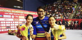 Chow Mei Kuan (R)/Lee Meng Yean (L) pose with their coach Rosman Razak after winning the 2018 Syed Modi International Badminton Championships. (photo: BAM's Facebook)