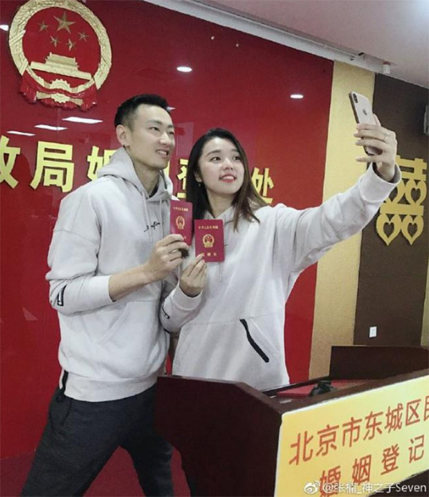 Zhang Nan and Tian Qing take picture at the Marriage Registration Office of Beijing. (photo: Zhang Nan's social media)
