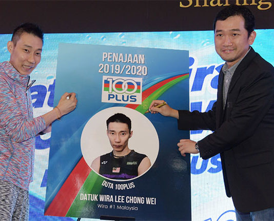 Lee Chong Wei signs a contract extension with 100PLUS that will take him through the 2020 season. (photo: Bernama)