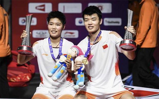 Wang Yilyu/Huang Dongping pose for picture after their 2018 BWF World Tour Finals victory. (photo AFP)