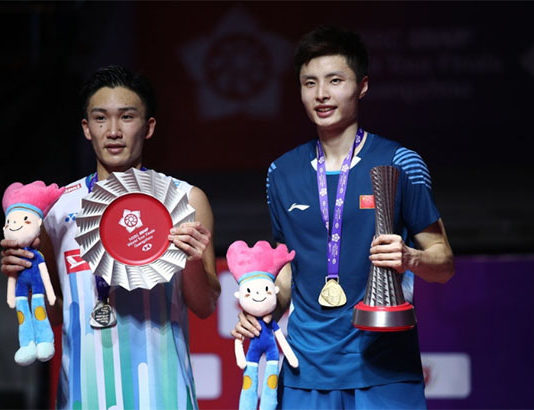 Shi Yuqi (R) beats Kento Momota to win the 2018 BWF World Tour Finals. (photo AFP)