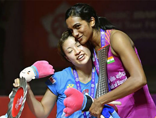 PV Sindhu (R) shows great sportsmanship towards Nozomi Okuhara after winning the 2018 BWF World Tour Finals. (photo: AFP)