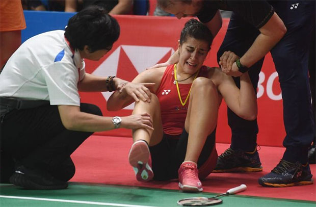 Carolina Marin was in a lot of pain and discomfort after an awkward landing in Indonesia Masters final. (photo: AFP)