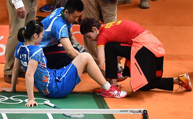 Li Xuerui picks up the same injury during the Rio Olympic semifinals. (photo: AFP)
