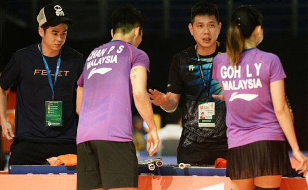 Chew Choon Eng coaches Chan Peng Soon/Goh Liu Ying during the 2019 Malaysia Masters. (photo: Bernama)