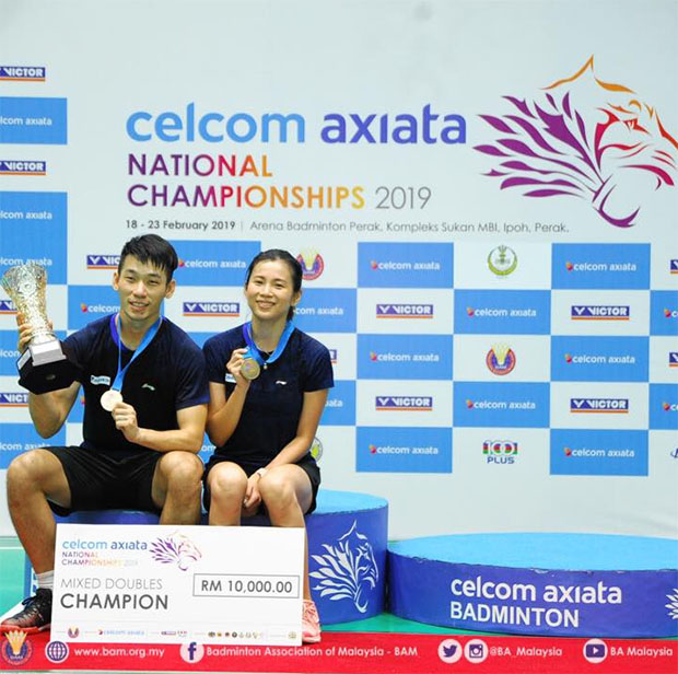 Chan Peng Soon/Goh Liu Ying pose with trophies at the presentation ceremony. (photo: BAM's Facebook)