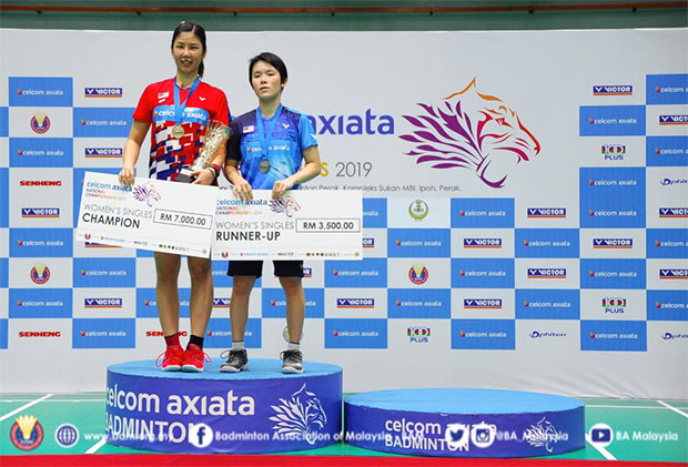 Soniia Cheah (L) poses for a picture with Goh Jin Wei during podium ceremony. (photo: BAM's Facebook)