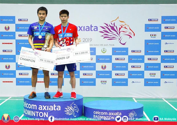 Soong Joo Ven (L) holds the trophy after winning the men's final match against Leong Jun Hao. (photo: BAM's Facebook)