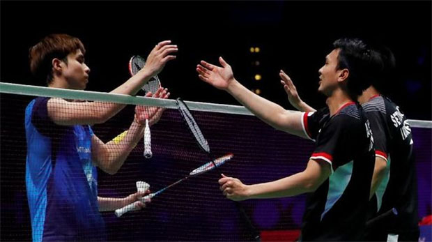 Hendra Setiawan/Mohammad Ahsan and Aaron Chia/Soh Wooi Yik shake hands after the match. (photo: AFP)