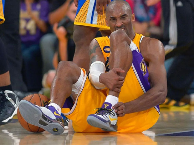 Kobe Bryant injures his Achilles tendon while playing against Golden State Warriors during the 2012-2013 NBA season. (photo: NBA)