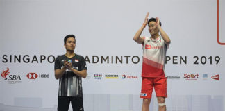 Kento Momota (R) and Anthony Sinisuka Ginting pose for pictures during the 2019 Singapore Open awards ceremony. (photo: Xinhua)
