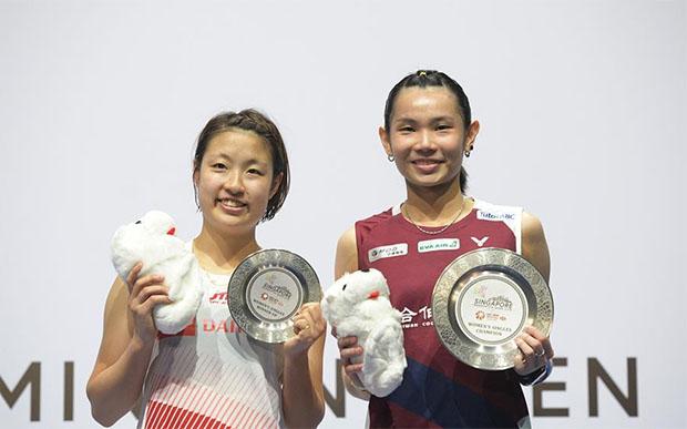 Tai Tzu Ying (R) poses with Nozomi Okuhara during the 2019 Singapore Open awards ceremony. (photo: Xinhua)