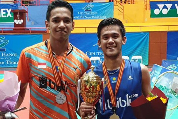 Firman Abdul Kholik (R) poses for pictures together with Chico Aura Dwi Wardoyo after winning the 2019 Vietnam International Challenge. (photo: PBSI)
