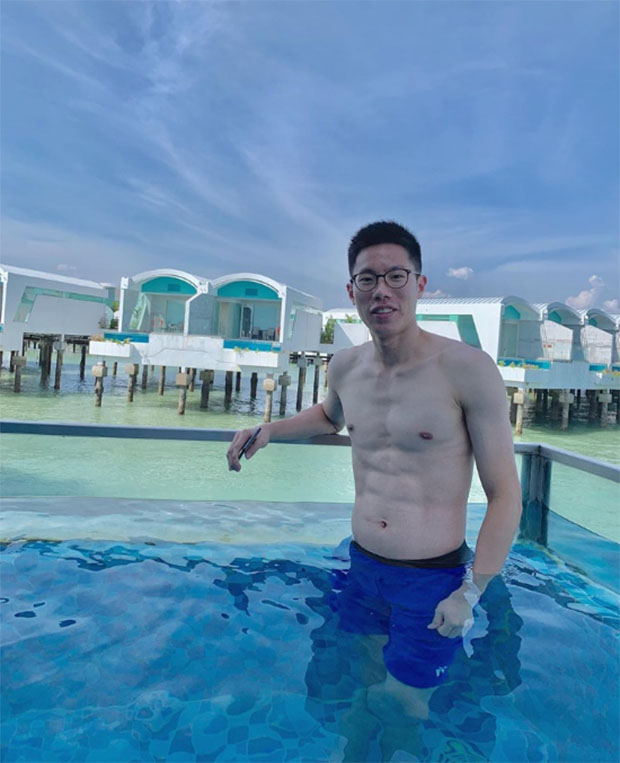 Goh V Shem showing off his six pack at a swimming pool near the ocean. (photo: Goh V Shem's Facebook)