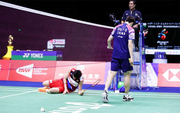 Kento Momota (left) was choked under pressure facing Shi Yuqi in the 2019 Sudirman Cup final. (photo: osports)