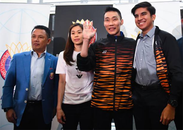 Lee Chong Wei (2R) poses with his wife Wong Mew Choo (2L), President of Badminton Association of Malaysia (BAM) Norza Zakaria (L) and Malaysia's Minister of Youth and Sports Syed Saddiq Syed Abdul Rahman. (photo: Mohd Rasfan/Afp/Getty Images)