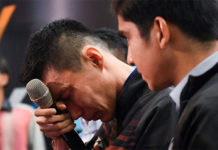 Lee wipes his tears during the press conference. (photo: AFP)