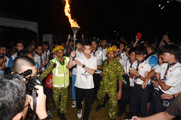 Lee Chong Wei becomes the final torchbearer at the Penang Olympic Carnival. (photo: Penang Olympic Carnival)