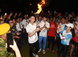 Lee Chong Wei receives Olympic flame from Chan Peng Soon during torch relay. (photo: Penang Olympic Carnival)