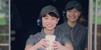 Tai Tzu Ying serves beverage to customers. (photo: McDonalds)