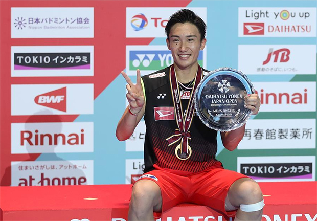 Kento Momota poses for pictures at the awards ceremony. (photo: Xinhua)
