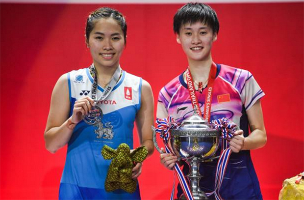 Chen Yufei (R) and Ratchanok Intanon pose for pictures during the awards ceremony. (photo: Chalinee Thirasupa/AFP/Getty Images)