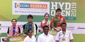 Hoo Pang Ron/Cheah Yee See pose for pictures during the Hyderabad Open awards ceremony. (photo: BWF)