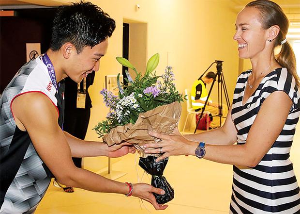 Martina Hingis congratulates Kento Momota for successfully defended the World title. (photo: BWF)