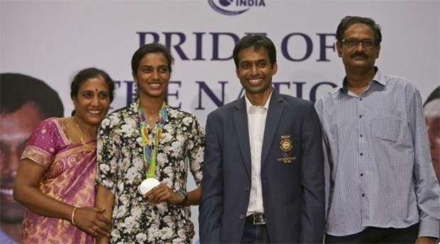 PV Sindhu has become an adult, Pullela Gopichand still look pretty much the same, amazing! :-). (photo: Twitter)