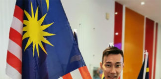 Lee Chong Wei stands next to the Malaysia flag. (photo: Lee Chong Wei's Facebook)