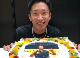 Kento Momota and the birthday cake that shows portrait of him winning the 2019 World Championships title. (photo: Kento Momota's IG)