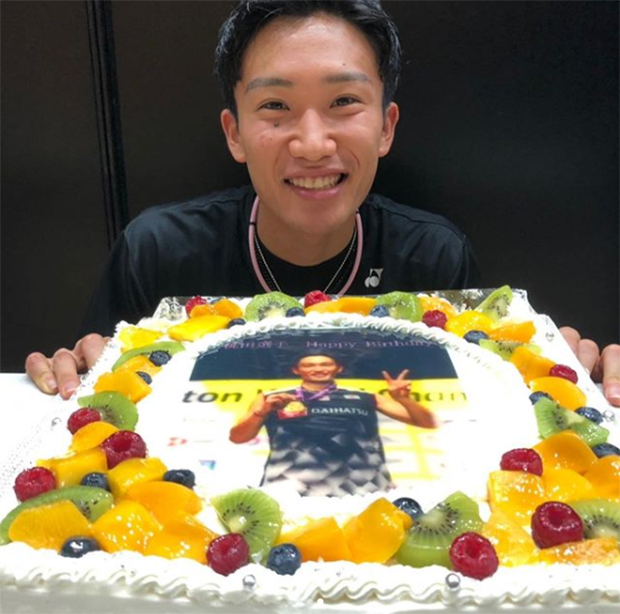Kento Momota and the birthday cake that shows portrait of him winning the 2019 World Championships title. (photo: Kento Momota's IG)