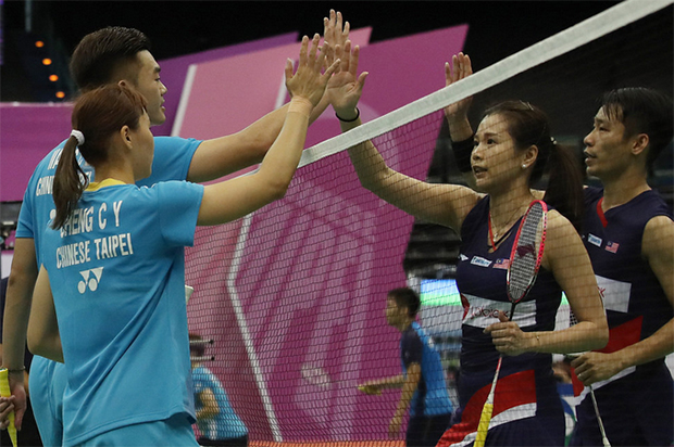 Chan Peng Soon (first from right)/Goh Liu Ying (second from right) thank Wang Chi-Lin/Cheng Chi Ya after their 2019 Chinese Taipei Open first round match. (photo: CNA)